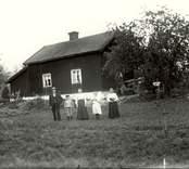 En familj uppställd för fotografering i Viborg 1920.