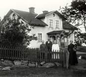 En familj utanför sitt hem i Björkhult.