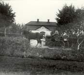 Ett finare bostadshus i Björkhult 1920. I förgrunden sitter en kusk på en landå.