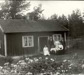 Familj samlad utanför sitt hem i Kristineberg.
