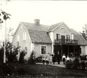 Familj utanför sitt hem i Möckelhult 1931.
