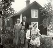 Familj utanför sitt hem i Nabben 1932.   Foto: Berners samling, Hjorteds hembygdsför.