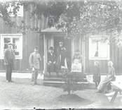 Familjen Berner utanför hemmet Hvilan i Hjorteds socken.
