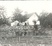 Grupporträtt av bagare Johansson med familj i Norrhult.