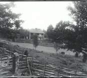 Gård i Rössle 1933, omgiven av gärdsgårdar.