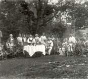 Här håller hushållningssällskapet spinnkurs med medlemmar från Västervik 1935.