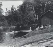 Paddling med kanot vid prästgården i Nynäs.