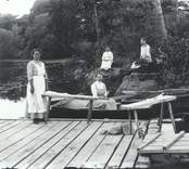 Personal från sjukhemmet vid tvättstugan 1917.