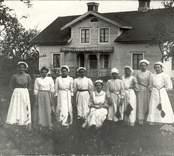 Personal från skolköket i Gissebo 1910.   Skolköket.  Foto: Berners samling, Hjorteds hembygdsförening.