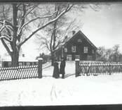 Prosten och prostinnan Östberg vid prästgården i Hjorted.