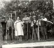 Slåtterfolk i Lybäck. Från vänster Martin Rodin, Kantor, Rodins far, Elin Svensson, Hjalmar Gustavsson, Oskar Vipa(?) och Dahlqvist.