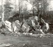 Sönderdelning av ett stort flyttblock med anledning av ett vägbygge 1932.