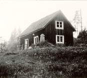 """""""Kaffekullen"""". 2 kilometer norr om Nygård vid vägskälet mellan gamla och nya riksvägen. Den resta stenen är en så kallad  milsten."""