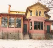 Ett bostadshus med inglasad veranda i Vitudden.