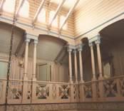 Interiör från en bostad på Vitunden med träsnidade inredningsdetaljer.