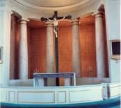 Interiör mot altaret i Lofta kyrka.