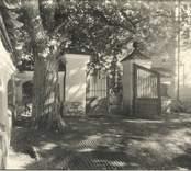 Muren och grinden till Åkerholms herrgård.