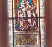 Målat kyrkfönster i Lofta kyrka. Bilden är tagen innan kyrkan renoverades 1992.