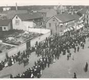 1905 firades Barnens dag vid Salutorget i Oskarshamn. Som synes lockade evenemanget en stor publik.