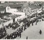 1905 firades Barnens dag vid salutorget i Oskarshamn. Som synes lockade evenemanget en stor skara människor.