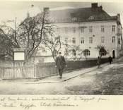 Axel Berglund, exekutionsbetjänt, går Östra Torggatan fram. På tomten byggdes sedermera Stadskällaren.