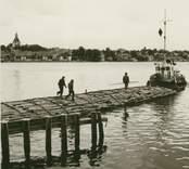 Bogsering av timmer i Västervik.