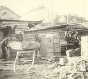 En arbetsbild från en brädgård i Oskarshamn.