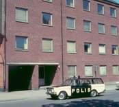En polis i Västervik i början av 1970-talet. Huset i bakgrunden är polisstationen.