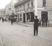 En trafikpolis dirigerar trafiken i ett gathörn i  i Västervik.