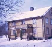 Ett bostadshus med liggande träpanel i Västervik.
