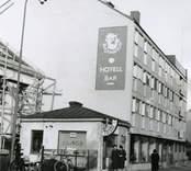 Hotell Blå Jungfrun på Sjöfartsgatan i Oskarshamn, numera Sjöfartshotellet. Bredvid den ligger en frisersalong.
