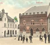 Kolorerat vykort med motiv från Rådhusgatan i Västervik.