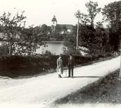 Motiv från Hjorted med sjön Hjorten och kyrkan i bakgrunden.