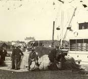 Stuveriarbetare i arbete vid hamnen i Oskarshamn.
