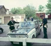 Två poliser vid sin polisbil i Västervik.