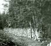 Befästningsanläggning i skogen i Starbäck. Ett stycke av västra omfattningsmuren.