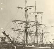 Malvina av Bergkvara fotograferad i West Hartlepool 1907. Kapten Johan Petter Hägg från Mönsterås. Redare kapten Per Jonsson ifrån Bergkvara. Segeltid 45 dygn från Oskarshamn till West Hartlepool.
