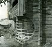 Utvändig trappa i lofthus i Bjälebo.
