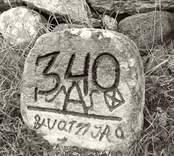 Sten på kyrkogården vid Källa ödekyrka.