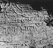 1964 upptäcktes på en brant sluttande bergsklack en ristning med 10 skepp eller delar därav, två djurfigurer. Ytan starkt vittrad. Bilden visar en detalj med svagt synliga skepp.