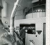 """A22763a KLM 33254 Föreställande """"Brygghuset"""". Foto taget 1955 Under åren 1946-1950 byggdes  Kalmar bryggerier om och ut på grund av koncentration av öltillverkningen till Kalmar. Bryggerierna i Mörbylånga,  Grönskogsbryggeri i Nybro samt bryggeriet i Mönsterås slogs ihop."""