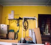 Småland Döderhult socken  Emmekalv 5:1  Klädhängaren med namnskyltar inne i stora vagnhallen.  Foto: Susann Johannisson 98-04-29