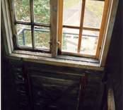 Fönster i tornet (hytt) med liten lucka ut till balkong.