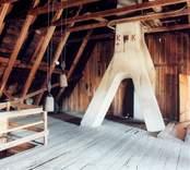 Fredriksbergs herrgård, takstol och murstock på vindsplanet.