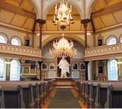 Interiör mot altaret i Gladhammars kyrka.