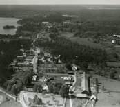 Flygfoto över Döderhult sn. Björnhult Samhället med bondgård och bygatan samt hus.