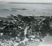 Flygfoto över Påskallavik. Samhället med landsvägen och bostadshus.