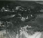 Flygfoto över Döderhult sn, Emsfors, Emsfors bruk (pappersbruk). Översvämning 1935. Samhället med pappersbruket och bostadshus samt Emån.