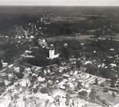 Flygfoto över  Kristdala sn, Kristdala. Vy över samhället med kyrkan hus och grusvägen.