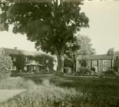 Mangården med huvudbyggningen och södra flygeln (visthus).